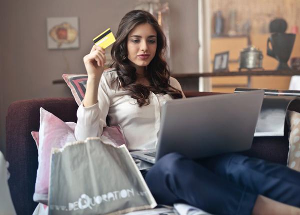 Vrouw plaatst bestelling op laptop met Creditcard